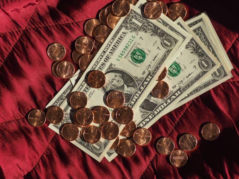Χαρτονομίσματα δολαρίων και νόμισμα, Ηνωμένες Πολιτείες πέρα από το κόκκινο υπόβαθρο βελούδου στοκ φωτογραφία με δικαίωμα ελεύθερης χρήσης