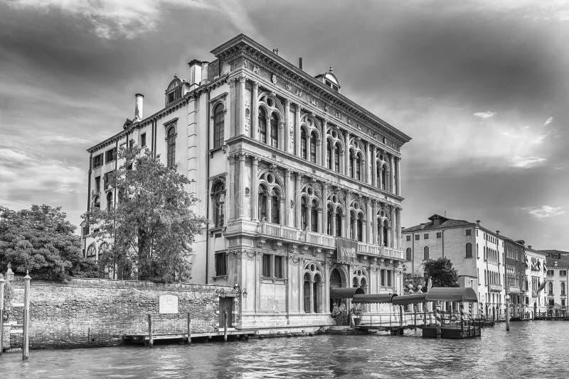 Χαρτοπαικτική λέσχη που χτίζει αγνοώντας το μεγάλο κανάλι στη Βενετία, Ιταλία στοκ εικόνα