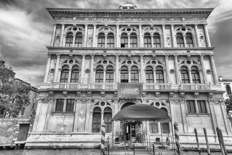 Χαρτοπαικτική λέσχη που χτίζει αγνοώντας το μεγάλο κανάλι στη Βενετία, Ιταλία στοκ εικόνα με δικαίωμα ελεύθερης χρήσης