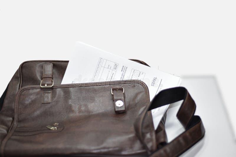 Χαρτοφυλάκιο με τα έγγραφα, τη μάνδρα και το κινητό τηλέφωνο στοκ εικόνα με δικαίωμα ελεύθερης χρήσης