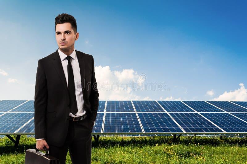Χαρτοφύλακας εκμετάλλευσης πωλητών ή επιχειρηματιών στις επιτροπές ηλιακής ενέργειας στοκ φωτογραφία με δικαίωμα ελεύθερης χρήσης