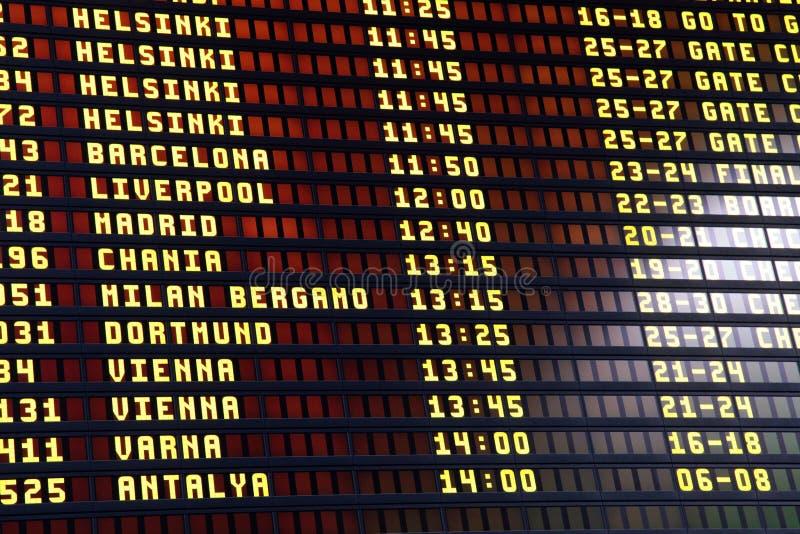 Χαρτόνι πληροφοριών πτήσεων στο τερματικό αερολιμένων στοκ φωτογραφίες
