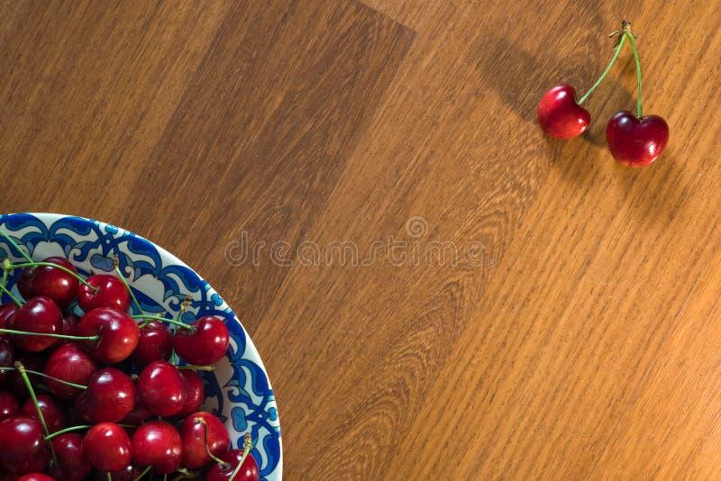 Χαρωπός στο πιάτο στον ξύλινο πίνακα στοκ εικόνα