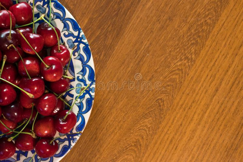 Χαρωπός στο πιάτο στον ξύλινο πίνακα στοκ εικόνα με δικαίωμα ελεύθερης χρήσης