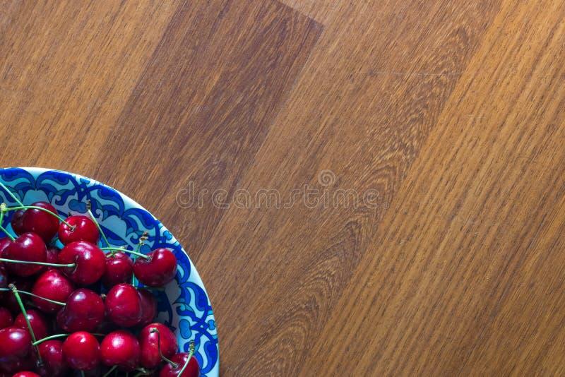 Χαρωπός στο πιάτο στον ξύλινο πίνακα στοκ φωτογραφία