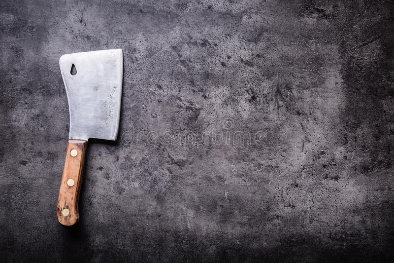 χασάπης Οι εκλεκτής ποιότητας μπαλτάδες κρέατος χασάπηδων με την πετσέτα υφασμάτων στη σκοτεινή συγκεκριμένη ή ξύλινη κουζίνα επι στοκ φωτογραφίες με δικαίωμα ελεύθερης χρήσης