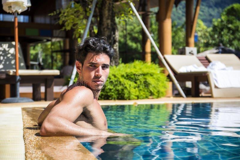 Χαλάρωση ατόμων χαμόγελου στην πισίνα στοκ φωτογραφίες με δικαίωμα ελεύθερης χρήσης