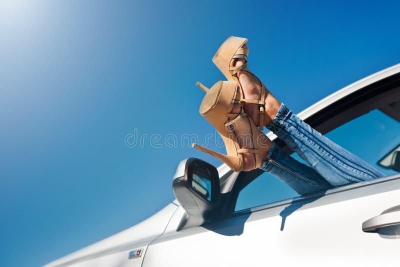 Χαλάρωση γυναικών σε ένα αυτοκίνητο στοκ φωτογραφίες με δικαίωμα ελεύθερης χρήσης