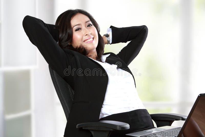 Χαλάρωση επιχειρηματιών στο γραφείο στοκ φωτογραφία