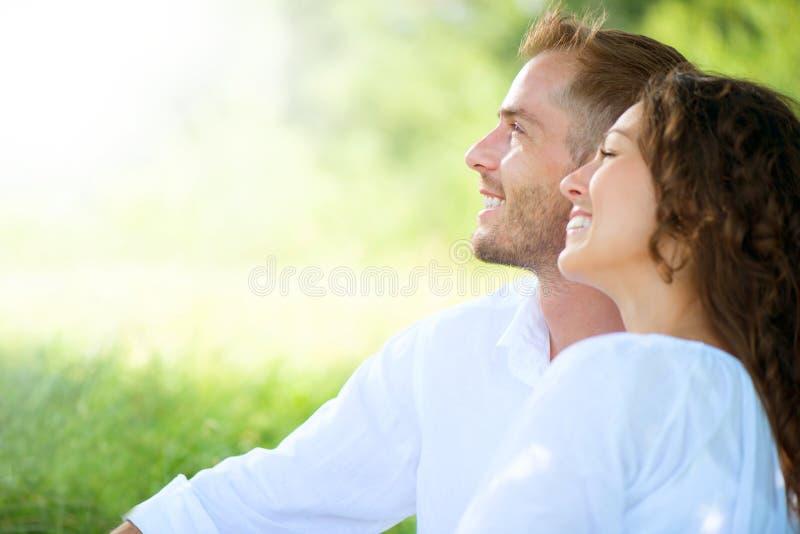 Χαλάρωση ζεύγους σε ένα πάρκο. Πικ-νίκ στοκ εικόνες με δικαίωμα ελεύθερης χρήσης