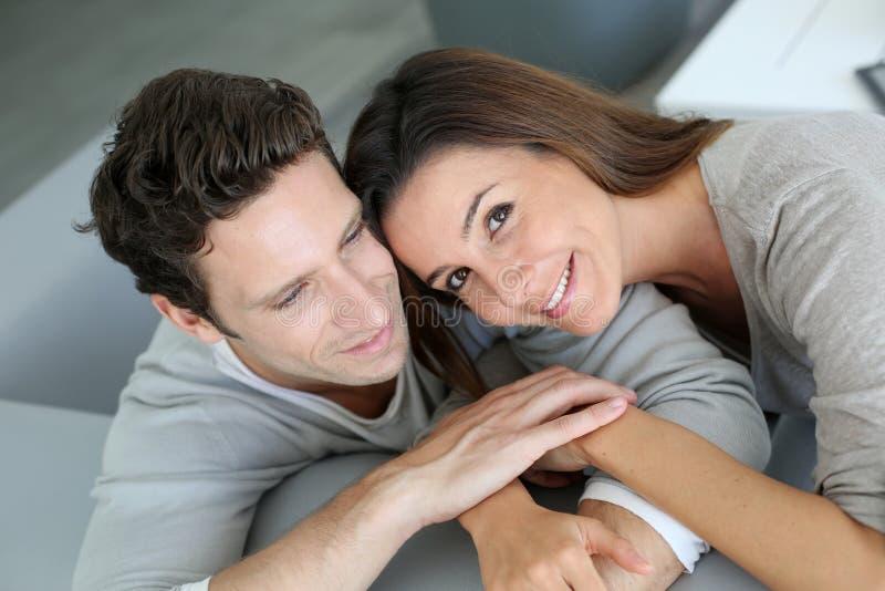 Χαλάρωση ζεύγους στον καναπέ στοκ εικόνα με δικαίωμα ελεύθερης χρήσης