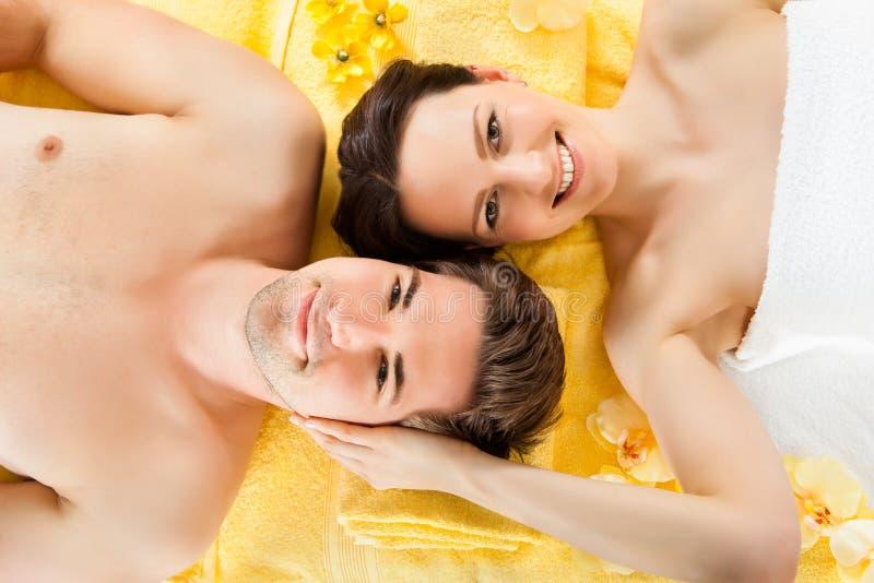 Χαλάρωση ζεύγους χαμόγελου Beauty Spa στοκ εικόνες
