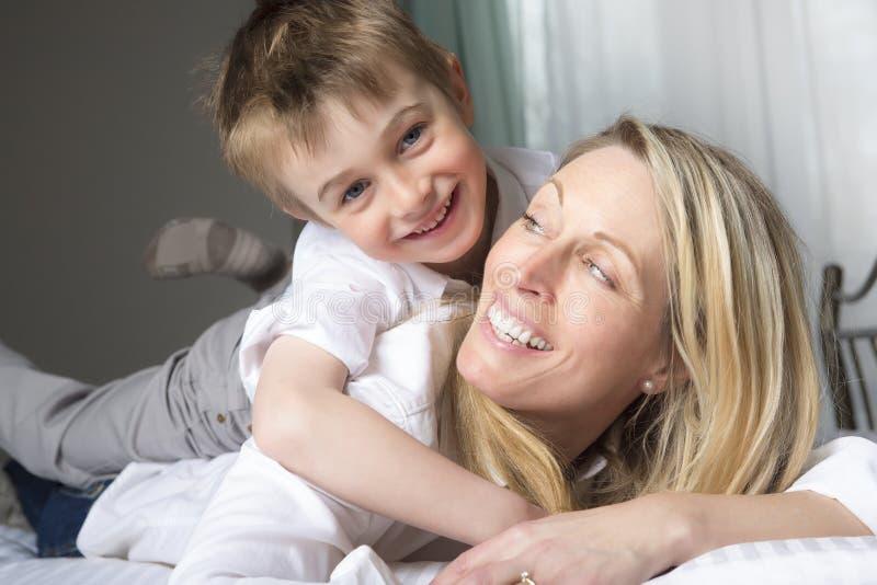 Χαλάρωση μητέρων και γιων μαζί στο σπορείο στοκ εικόνες με δικαίωμα ελεύθερης χρήσης