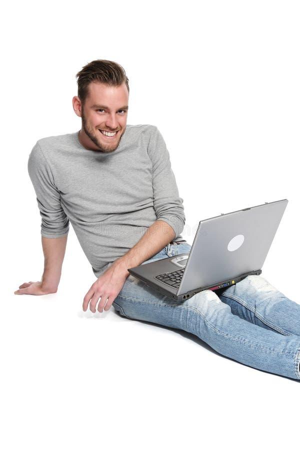 Χαλάρωση μπροστά από τον υπολογιστή στοκ φωτογραφία με δικαίωμα ελεύθερης χρήσης