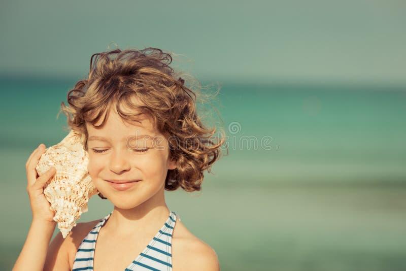 Χαλάρωση παιδιών στην παραλία στοκ εικόνες με δικαίωμα ελεύθερης χρήσης