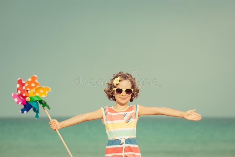 Χαλάρωση παιδιών στην παραλία στοκ εικόνα με δικαίωμα ελεύθερης χρήσης