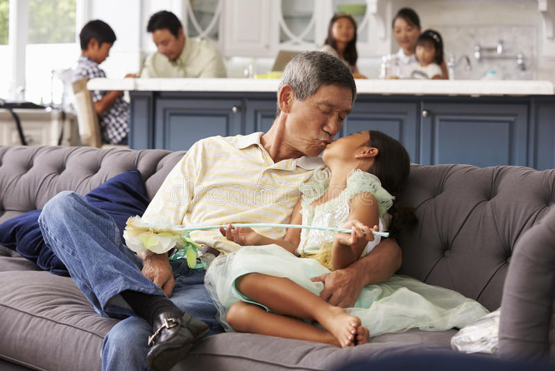 Χαλάρωση παππούδων και εγγονών στον καναπέ στο σπίτι στοκ φωτογραφία