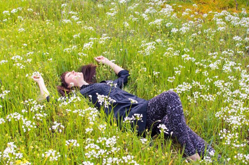 Χαλάρωση στον τομέα λουλουδιών στοκ φωτογραφία