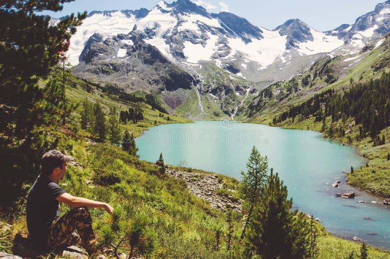 Χαλάρωση ταξιδιωτικών ατόμων με τα γαλήνια βουνά άποψης στοκ φωτογραφία