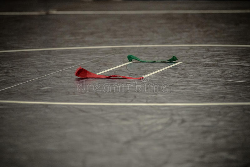 Χαλί πάλης και χρωματισμένα λουριά στοκ φωτογραφία