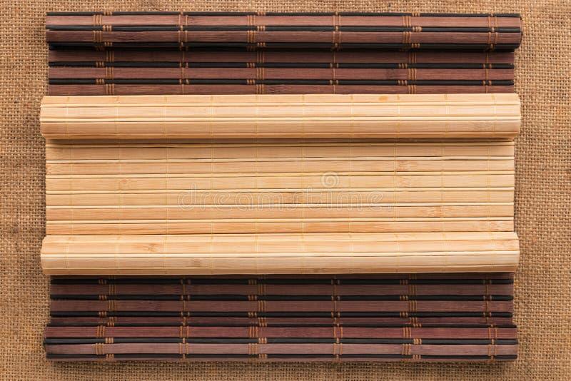 Χαλί δύο μπαμπού που στρίβεται υπό μορφή χειρογράφου sackcloth στοκ φωτογραφία