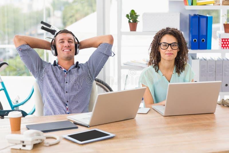 Χαλαρωμένος επιχειρηματίας που ακούει τη μουσική στοκ φωτογραφίες