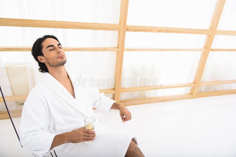 Χαλαρωμένος τύπος που απολαμβάνει τις διακοπές του στοκ εικόνες με δικαίωμα ελεύθερης χρήσης