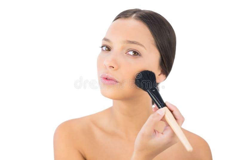 Χαλαρωμένο γυμνό πρότυπο να ισχύσει blusher στοκ φωτογραφία