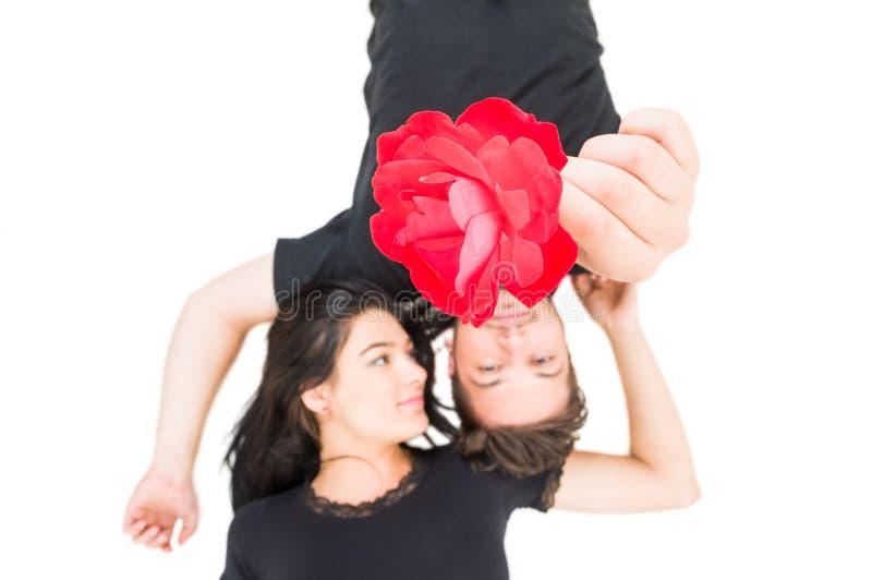 Χαλαρωμένο ζεύγος που καθορίζεται κράτημα ενός λουλουδιού στοκ εικόνα με δικαίωμα ελεύθερης χρήσης