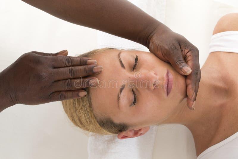 Χαλαρώνοντας θεραπεία: Πορτρέτο της νέας όμορφης λήψης γυναικών αυτός στοκ φωτογραφία