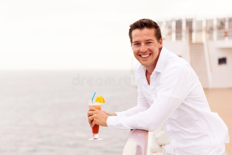 Χαλαρώνοντας κρουαζιέρα ατόμων στοκ εικόνα