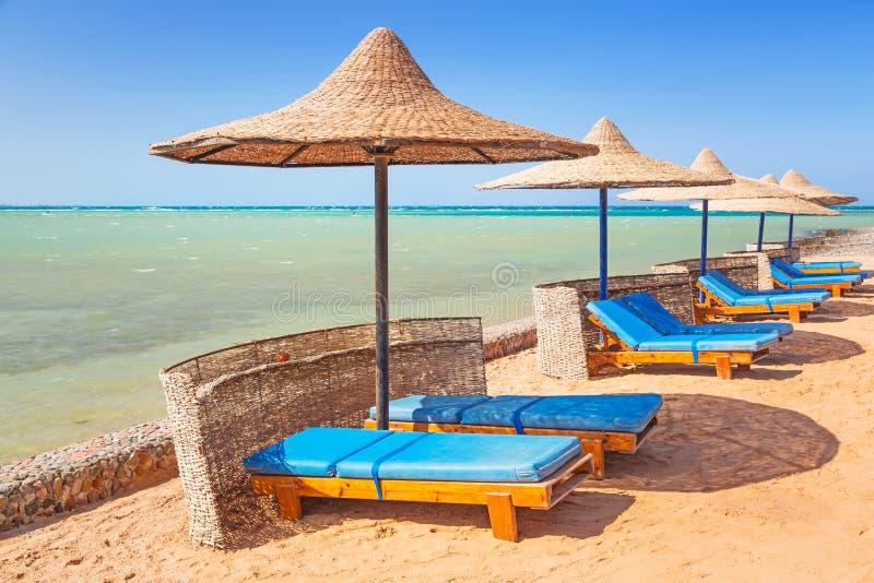 Χαλαρώστε κάτω από parasol στην παραλία στοκ φωτογραφίες με δικαίωμα ελεύθερης χρήσης