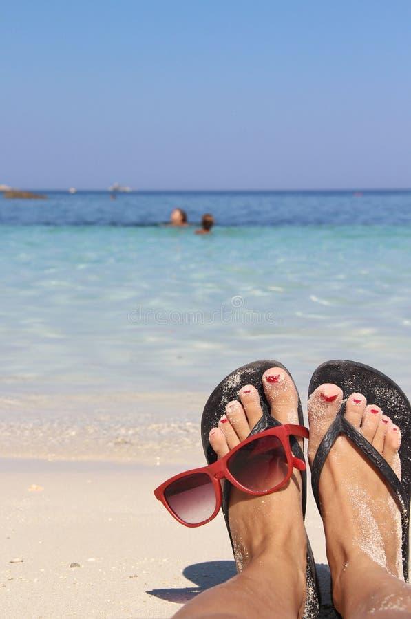 Χαλαρώστε στην παραλία με το καθαρό μπλε νερό στοκ εικόνες