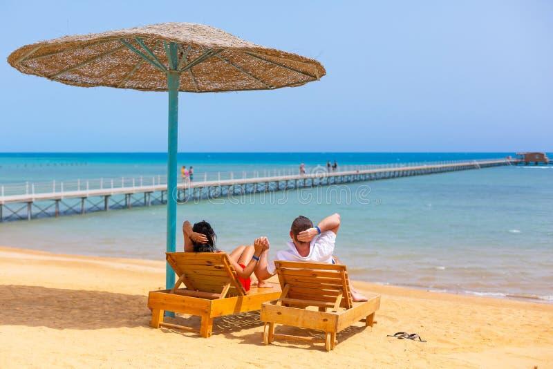 Χαλαρώστε της αγάπης του ζεύγους στην παραλία στην Αίγυπτο στοκ φωτογραφία