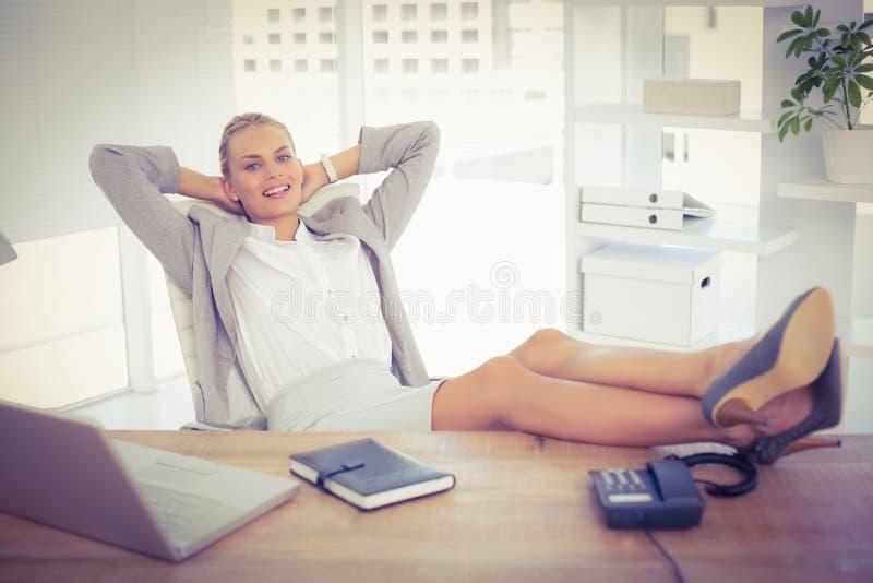 Χαλαρώστε τη επιχειρηματία χρησιμοποιώντας το lap-top στοκ εικόνες με δικαίωμα ελεύθερης χρήσης