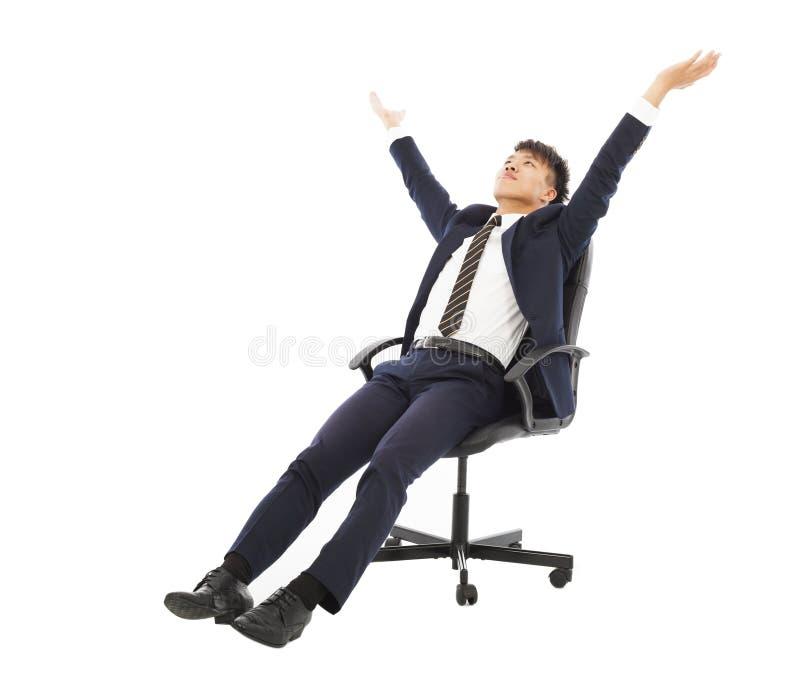 Χαλαρώστε τη συνεδρίαση επιχειρηματιών σε μια καρέκλα και αυξήστε τα χέρια στοκ εικόνες