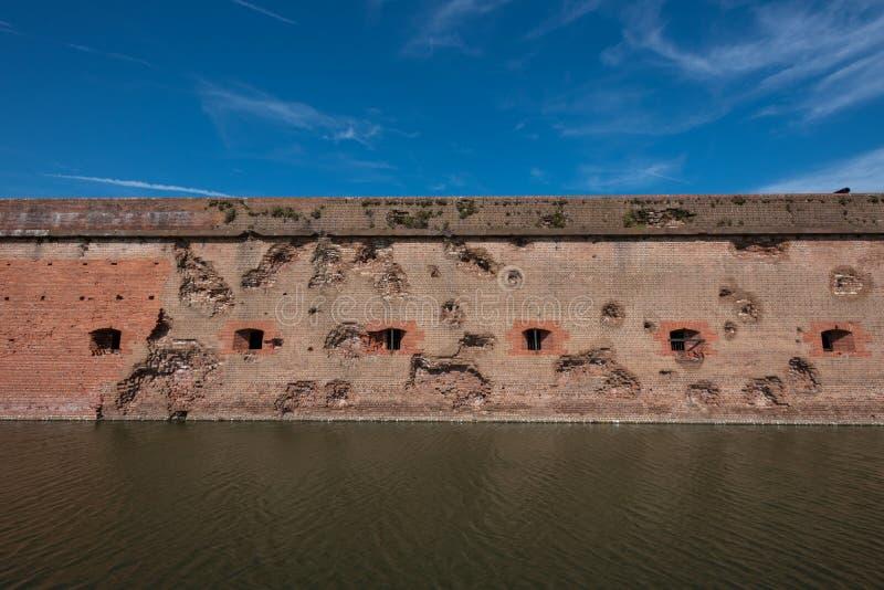 Χαλασμένοι τοίχος και τάφρος στο οχυρό Pulaski στοκ εικόνα