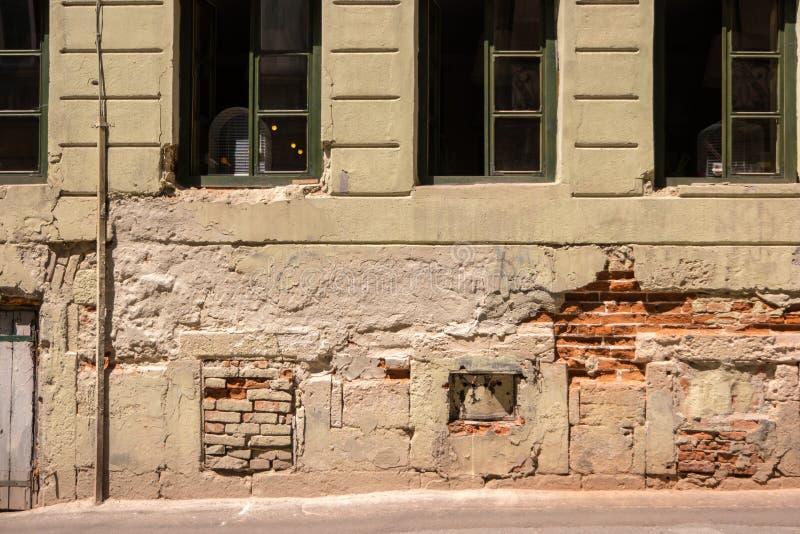 Χαλασμένος τοίχος με τα παράθυρα στοκ εικόνα