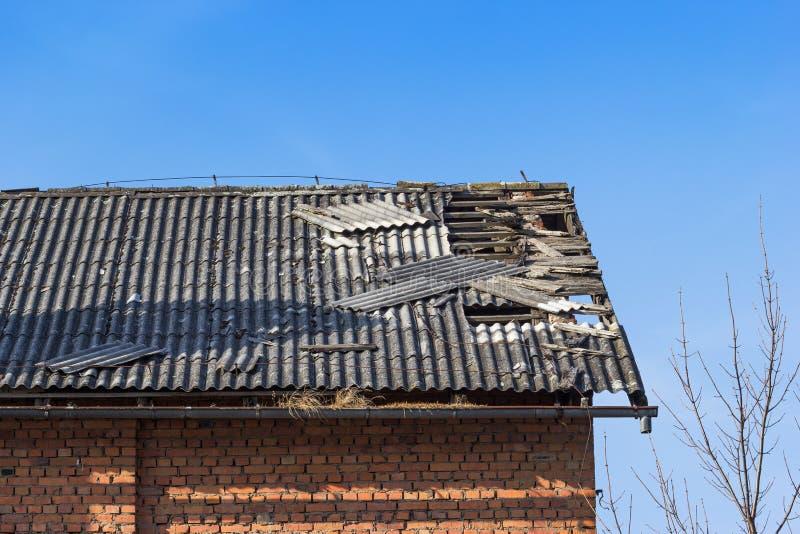 Χαλασμένο κεραμίδι στη στέγη στοκ εικόνα με δικαίωμα ελεύθερης χρήσης