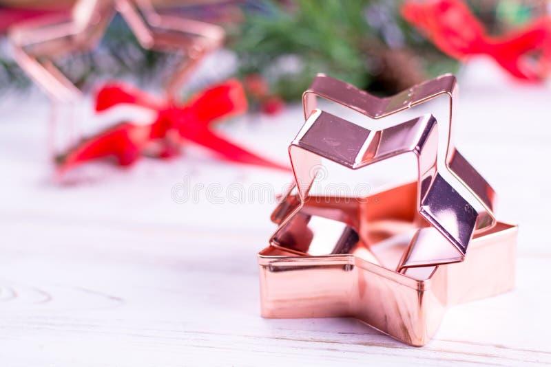 Χαλκός αστέρι-μορφής που ψήνει τη pasry μορφή για τα μπισκότα Χριστουγέννων στοκ εικόνες
