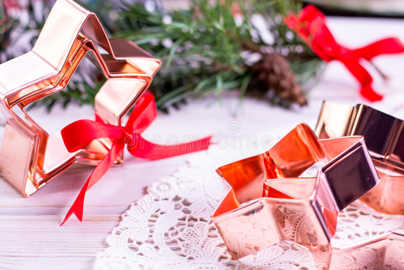 Χαλκός αστέρι-μορφής που ψήνει τη pasry μορφή για τα μπισκότα Χριστουγέννων στοκ φωτογραφία