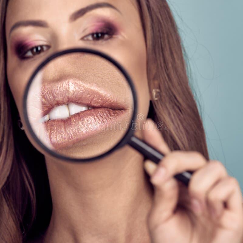 Χείλια κάτω από πιό magnifier στοκ φωτογραφία με δικαίωμα ελεύθερης χρήσης