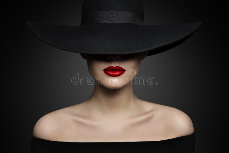 Χείλια καπέλων γυναικών και ώμος, κομψό πρότυπο μόδας στο μαύρο καπέλο στοκ φωτογραφία