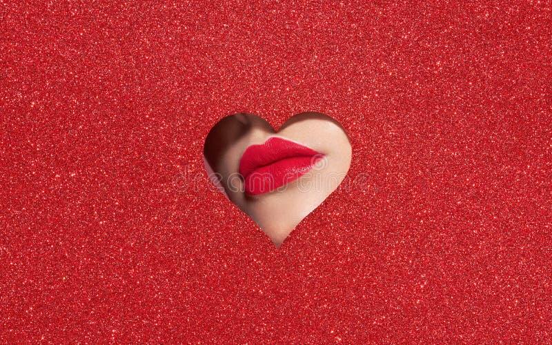 Χείλια μιας νέας όμορφης γυναίκας με ένα κόκκινο κραγιόν στοκ φωτογραφία με δικαίωμα ελεύθερης χρήσης