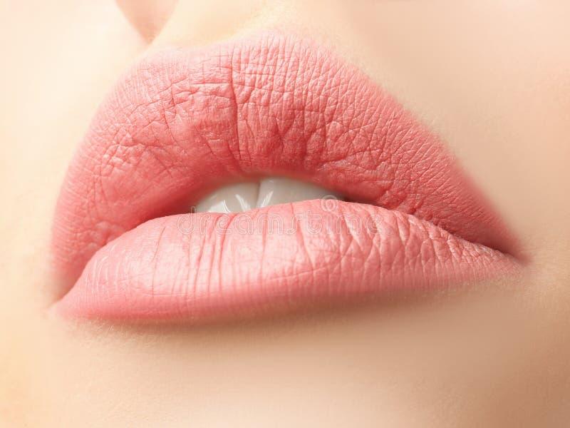 Χείλια της όμορφης νέας γυναίκας στοκ φωτογραφία