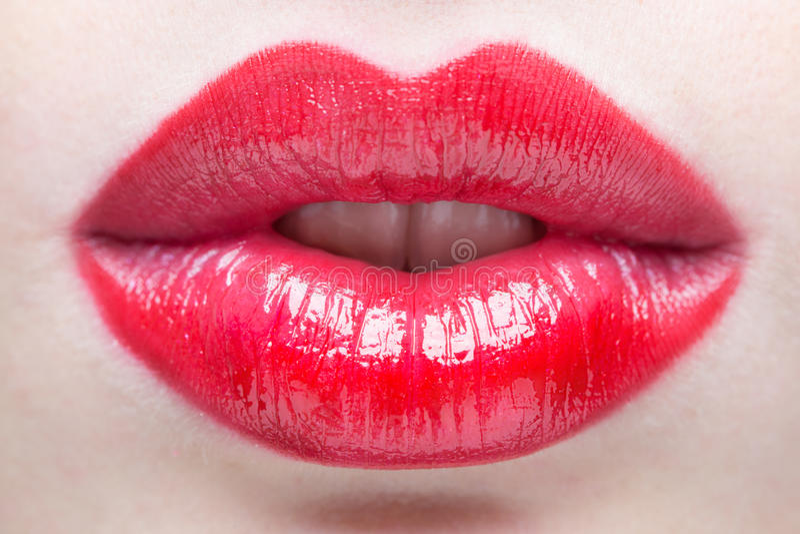 χείλια προκλητικά Κόκκινη λεπτομέρεια χειλικού Makeup ομορφιάς στοκ εικόνες