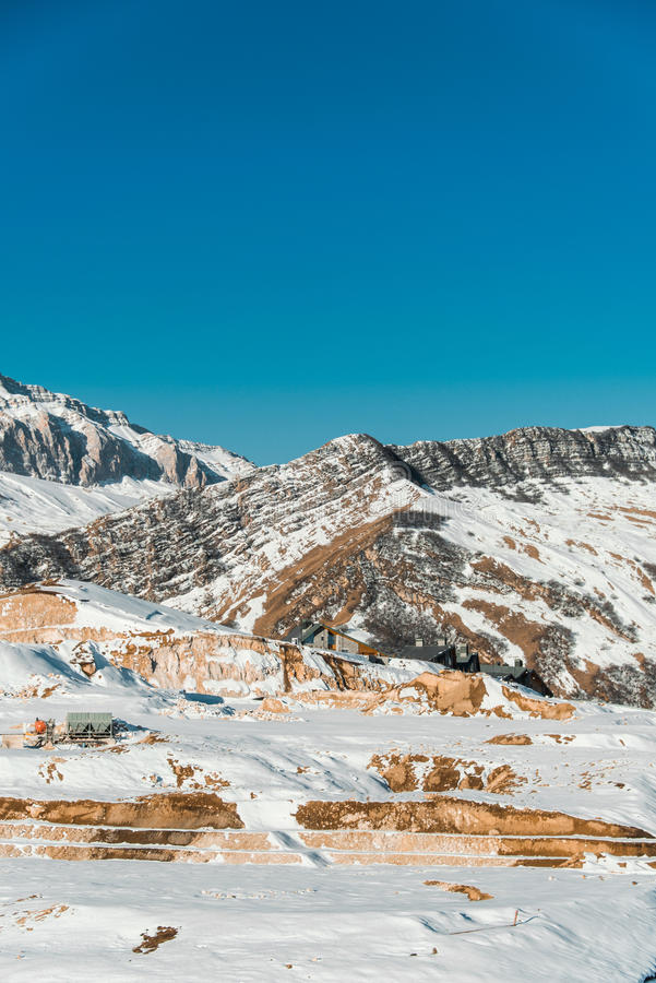 Download Χειμερινά βουνά στην περιοχή Gusar του Αζερμπαϊτζάν Στοκ Εικόνα - εικόνα από χιόνι, ταξίδι: 62705605