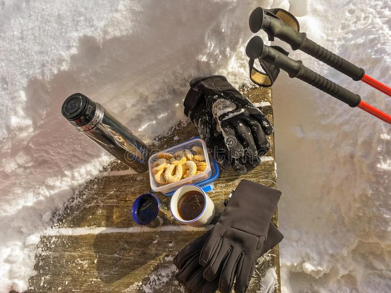 Χειμερινά γάντια, καυτό τσάι, ημισεληνοειδή μπισκότα Vanillekipferl, κόκκινο hik στοκ εικόνες με δικαίωμα ελεύθερης χρήσης