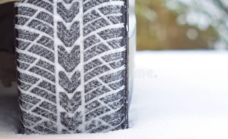 Χειμερινά ελαστικά αυτοκινήτου στο χιόνι στοκ εικόνα