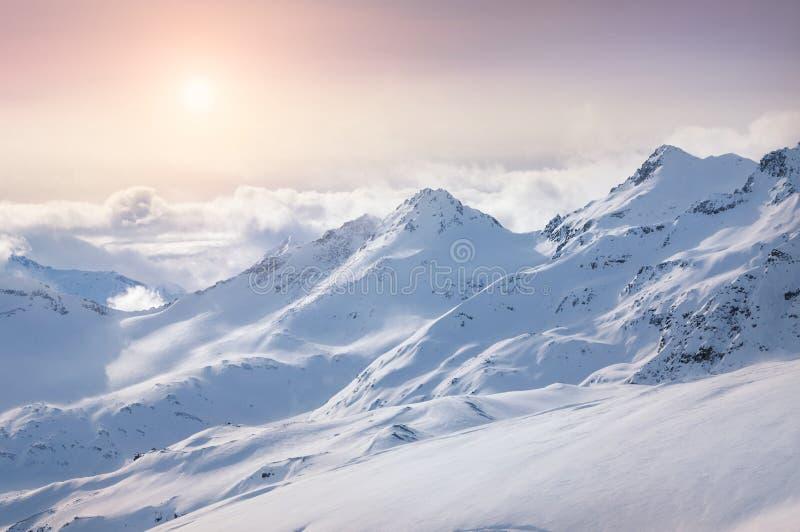 Χειμερινά χιονισμένα βουνά στοκ φωτογραφία με δικαίωμα ελεύθερης χρήσης